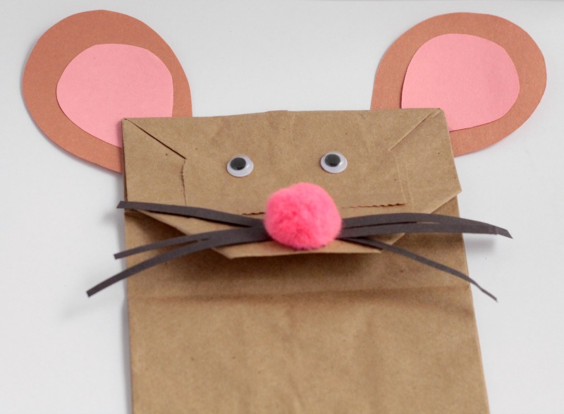 This is perfect for little ones getting into crafting. Transform paper lunch bags into talking, interactive paper bag mouse puppets craft.