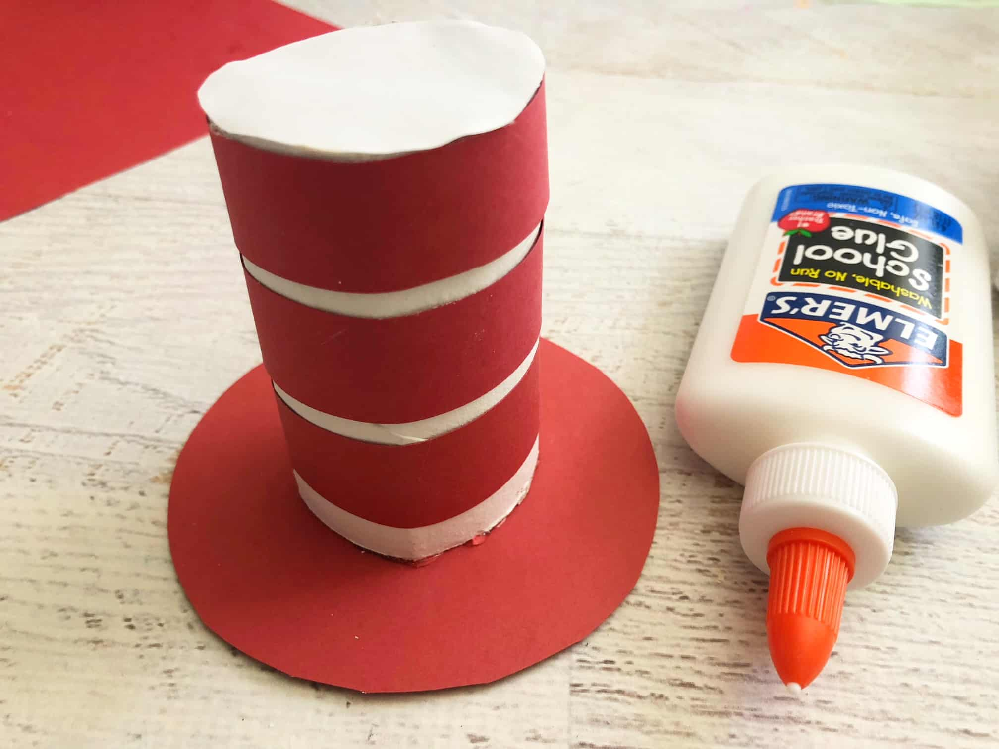 Who doesn't know the legendary book Cat in The Hat written by Dr. Seuss? The red and white hat is very famous and cute. Today I am glad to share a fabulous Cat in The Hat craft for preschoolers and kindergartens.